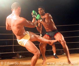 Tiago Pitbull kicking Carlos Indio