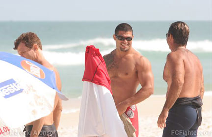 Black Belt de Surf 2006: Ricardo Arona preparing to get in the water - Photo by Marcelo Alonso