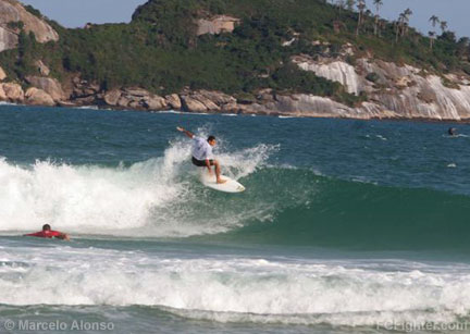 Black Belt de Surf 2006: Royler Gracie showing his skills in the water - Photo by Marcelo Alonso