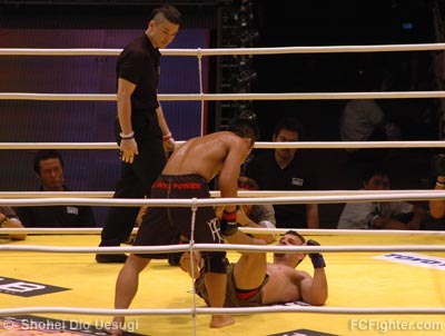 Hero's: Shungo Oyama (standing) vs. Rodrigo Gracie - Photo by Shohei Dio Uesugi