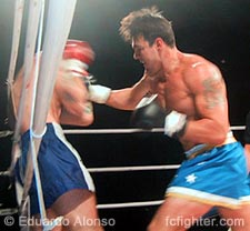 Edson Drago beginning the flurry that ended his fight with Emerson Avila